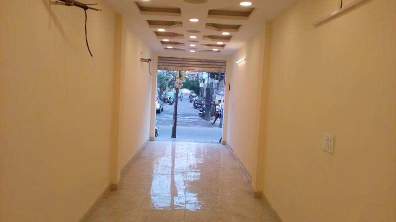 900 Sq. Feet Commercial Shops for Rent in Krishna Nagar, Delhi - 450 Sq. Feet
